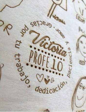 regalo para los profesores con dibujos de sus alumnos y con el nombre de todos los niños