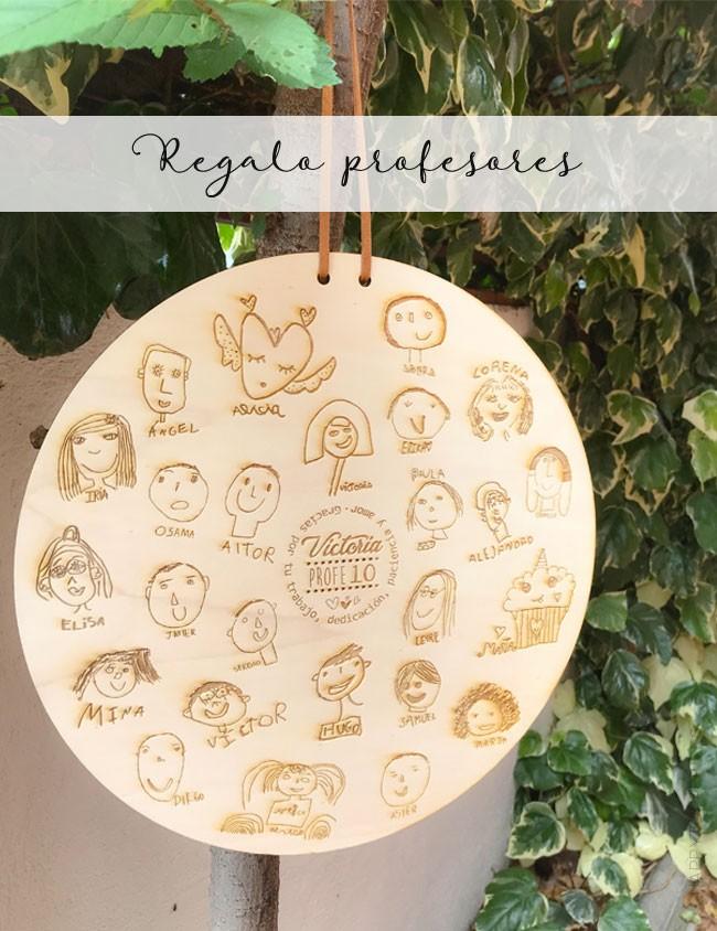 regalo original para profesores colgante madera redondo con dedicatoria y el nombre de todos los alumnos y dibujos