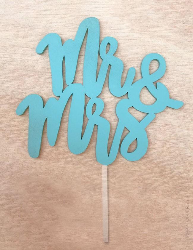 wedding cake toppers con las palabras Mr. and Mrs. en color azul, elige más colores