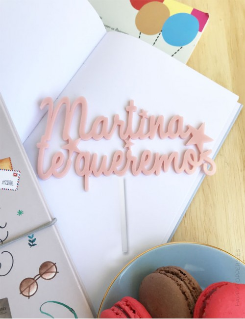 cake topper personalizado con nombre y la frase te queremos. Rosa claro, disponible en muchos colores.