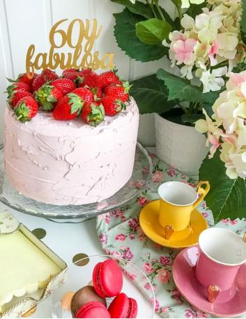 cake topper happy birthday para 60 cumpleaños. Decora la tarta con nuestros cake toppers hechos a tu gusto.