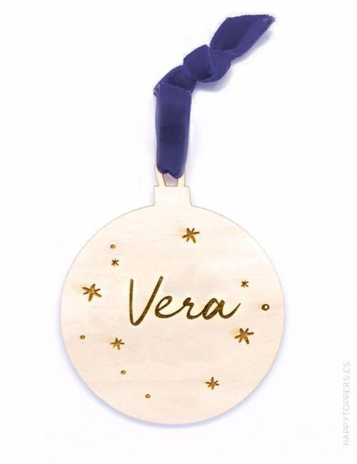 adorno de navidad personalizado bola de madera grabada con nombre, en forma de bola. Cinta de terciopelo marino