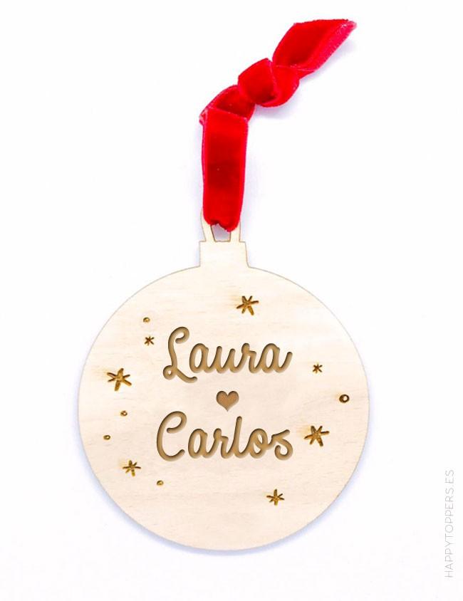 adorno de navidad personalizado bola de madera grabada con nombres, dedicatorias, frases. Cinta de terciopelo rojo