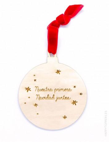 adorno de navidad bola de madera grabada con la frase nuestra primera navidad juntos grabamos tu nombre cinta roja