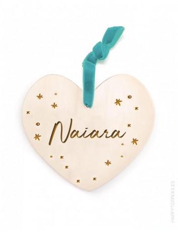 adorno de navidad personalizado con el nombre en grande, corazón de madera natural. Cinta terciopelo verde mar.