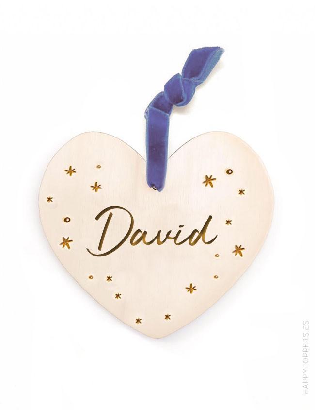 adorno de navidad personalizado  corazón de madera grabada con nombre. Cinta de terciopelo marino