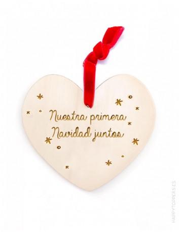 adorno de navidad corazón de madera grabada con la frase nuestra primera navidad juntos grabamos tu nombre cinta roja