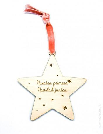 adorno de navidad estrella de madera grabada con la frase nuestra primera navidad juntos grabamos tu nombre cinta rosa viejo
