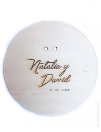 porta alianzas de madera personalizado con el nombre de los novios y la fecha. Bodas con encanto
