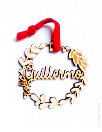 adorno navidad personalizado  corona flores de madera grabada con nombre. Cinta de terciopelo roja