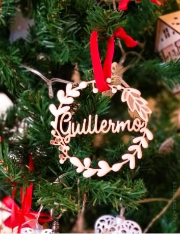adorno de navidad personalizado  corona flores de madera grabada con nombre. Cinta de terciopelo roja
