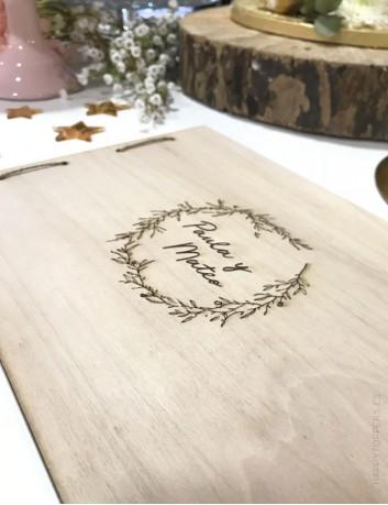 album de fotos o de recuerdos con las tapas de madera personalizado con vuestros nombres y dedicatoria. Bodas con encanto