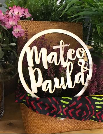 corona en madera natural con nombres de los novios, Boda vintage con encanto.