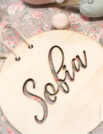 Decoración pared redondo en madera natural con el nombre grabado hueco para la habitación de los niños