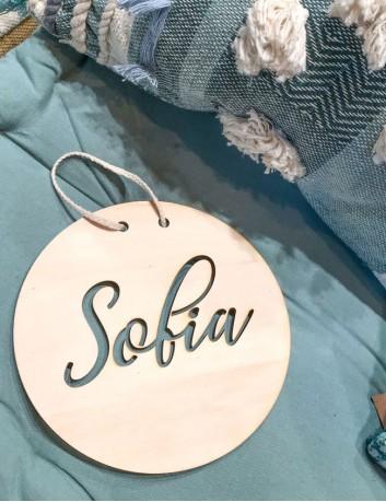 Decoración de habitación niños con el nombre escrito sobre madera natural. Estilo nórdico con tu nombre.