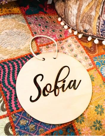 Graba tu nombre sobre la madera y decora la habitación con estilo nórdico.