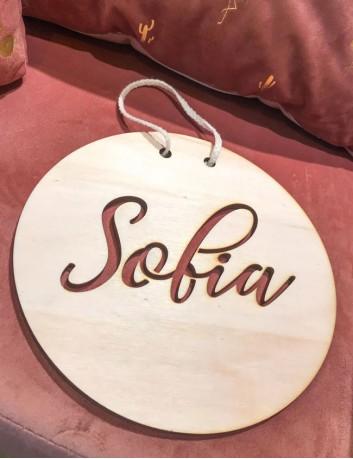 El nombre grabado sobre placa de madera para decoración de habitación.