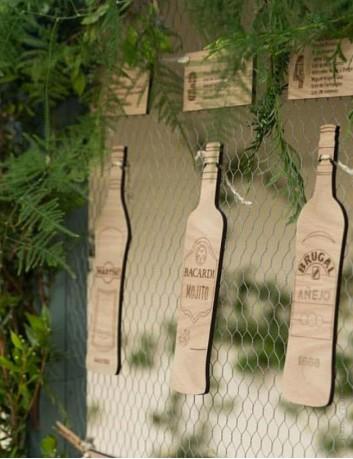 seating plan para bodas, botellas con los nombres de los invitados para distribuir en las mesas.