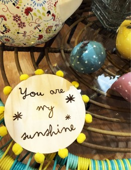 Adorno pared para decoración interior en madera natural con frase you are my sunshine regalos personalizados Madrid