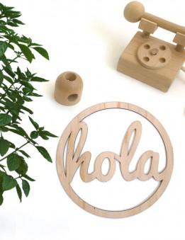 adorno decoración pared en madera natural estilo nórdico con la palabra hola en redondo. Decora tu hogar con happy