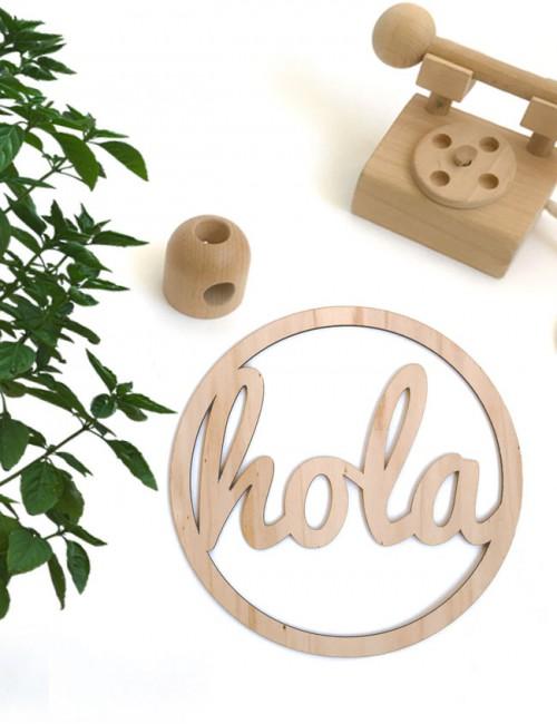 adorno decoración en madera natural estilo nórdico con la palabra hola en redondo. Decora tu hogar con happy