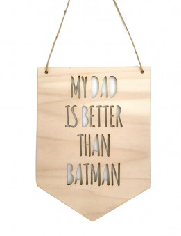decoración pared en madera natural con frase my dad is better than batman. Estilo nórdico. diseñado y fabricado en Madrid.