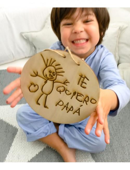 En Happy grabamos un dibujo sobre la madera, regalo ideal para cualquier ser querido, celebración o decoración hogar.