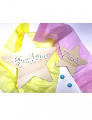 estrellas decorativas tamaño pequeno en madera natural con el nombre pintado en el color que elijas.