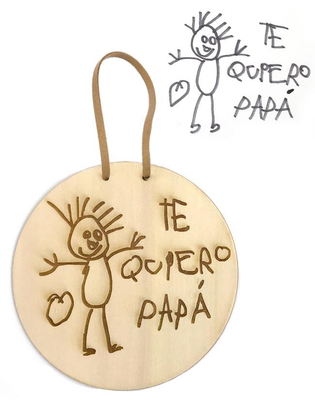 dibujo de niño grabado sobre madera para decorar pared